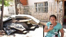 Desconsolada. Miriam, ayer, en la puerta de su casa y con los restos que dejó el incendio a sus espaldas.
