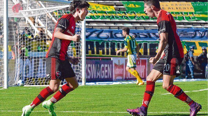 Festejo. Formica le convirtió a Aldosivi y lo grita con Amoroso. Fue en el 3-0 de 2016/2017. Ambos estarán el domingo.
