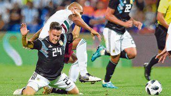 Al piso. Franco Cervi cae ante la marca de Luis Rodríguez. El rosarino jugó todo el complemento y también entró Giovani Lo Celso.