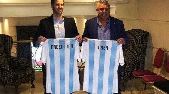 El gerente de Uber y el titular de la Asociación del Fútbol Argentino al presentar el acuerdo comercial.