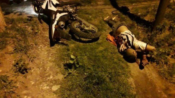 El delincuente yace abatido al lado de la moto en la que se desplazaba con un cómplice.