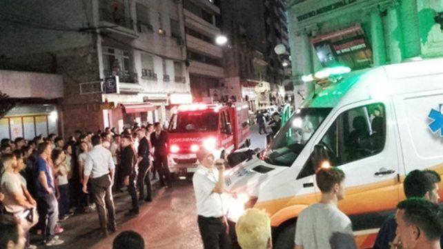 En acción. Los patovicas forman un cordón ante la llegada de ambulancias.