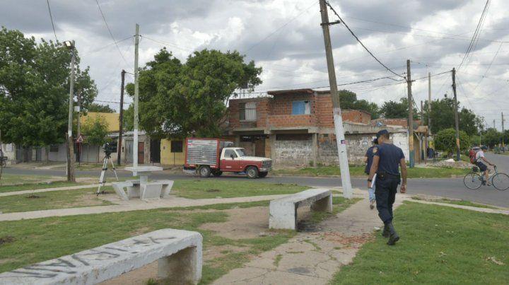 Personal policial examina el sitio donde fue baleado el adolescente.