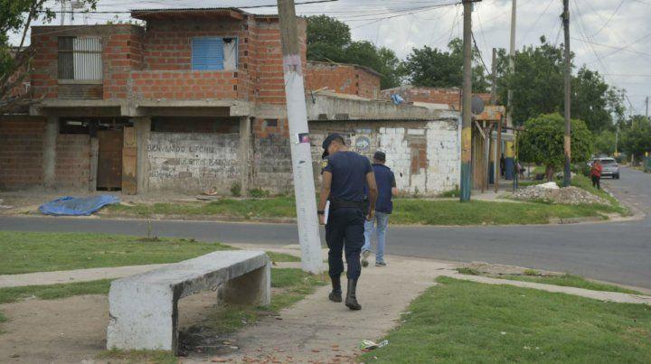 Personal policial examina el lugar donde mataron a un chico de 14 años.