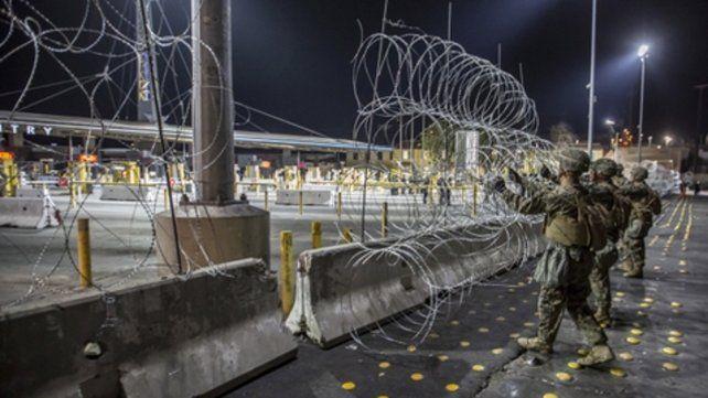 Fuego real. Un grupo de soldados coloca alambres de púas en el paso limítrofe entre San Diego y Tijuana.