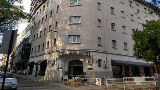 Castelar. Un cuidacoches que dormía en la plaza frente al hotel advirtió la caída y dio aviso a la policía.