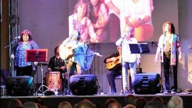 Nosotras las cantoras. Toda la fuerza femenina arriba del escenario en Concordia. Las ovacionaron de pie.