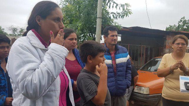 Para Noelia (la primera a la izquierda) y su familia no se entiende qué pudo haber pasado con el bebé.