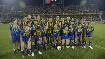 Mezclados. Las chicas y el primer equipo en un día histórico.