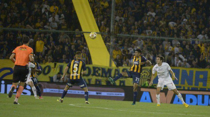 Emmanuel Ojeda reemplazó a Ortigoza y jugó un partido criterioso. El juvenil sintió el trajín y debió ser sustituido cerca del final del partido.