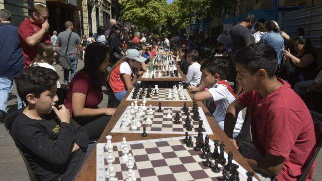 En Córdoba al 1400, los chicos se sacan chispas en los tableros.
