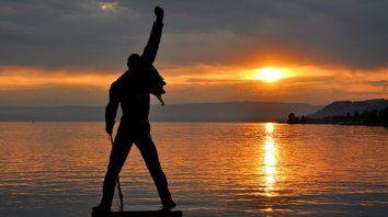 Los fans de Freddie Mercury le rinden tributo frente a la estatua del músico en el lago de Ginebra.