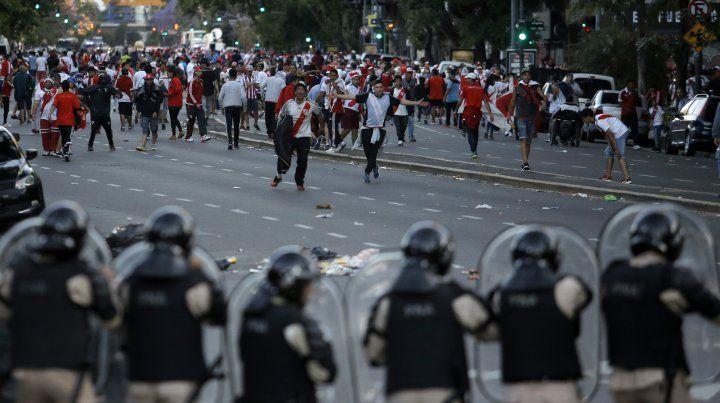 Tras los graves incidentes, la Conmebol decidió suspender la gran final entre River y Boca