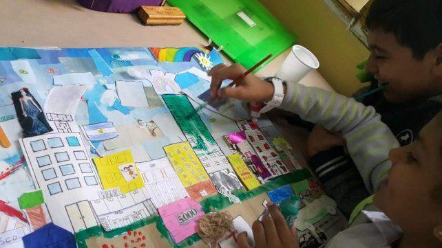 Muchas manos. Las obras son colectivas y cada chico aportó su mirada de la ciudad y del barrio donde vive.