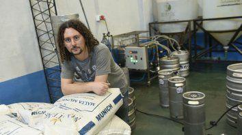 Marca propia. Machado produce, en la firma que fundó junto a dos amigos, 30 mil litros de cerveza por mes.
