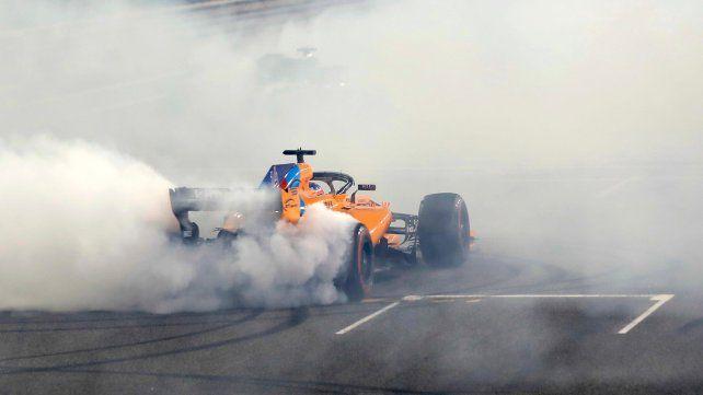 Quemando gomas. Alonso se despide del público haciendo trompos en la pista de Abu Dabi.