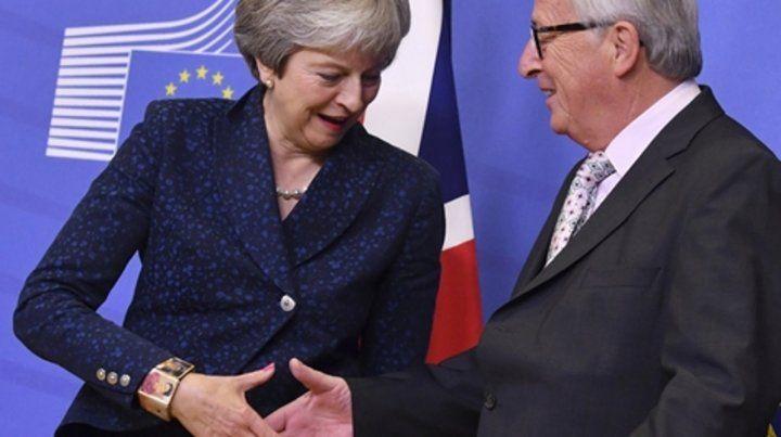 Theresa May se saluda en Bruselas con el titular de la Comisión Europea