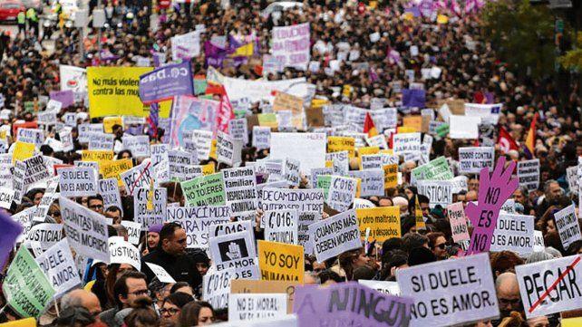 Movilizadas. Las mujeres se manifestaron ayer en la ciudad y volvieron a exigir la separación de la Iglesia y el Estado.