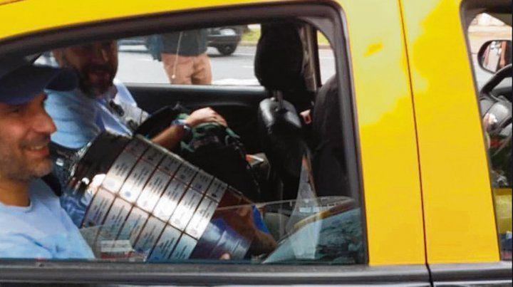 Lo que faltaba. A las 16.30 de ayer se llevan la Copa Libertadores en un taxi. Y sí...