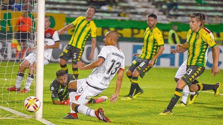 Todo mal. Newells generó muy poco y encima Bíttolo la metió en contra. El paraguayo Paredes tuvo una chance y falló.