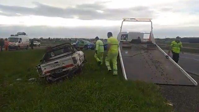 Tres heridos al volcar una camioneta que fue chocada por un camión