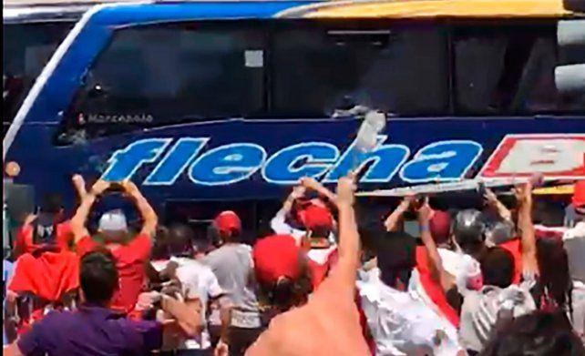 El micro de Boca fue apedreado a 200 metros del estadio por hinchas de River.