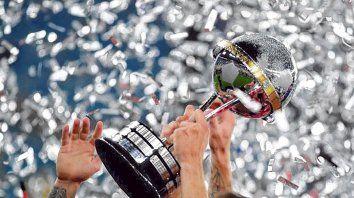 La más preciada. La Copa que millonarios y xeneizes pretenden obtener. Durante dos días fue totalmente manchada.
