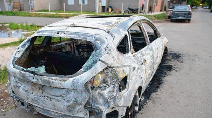 Incinerado. Tras quemar el auto los ladrones subieron a un camión.