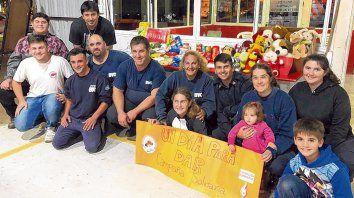 Campaña Solidaria. Los Bomberos Voluntarios recibieron alimentos y juguetes para los más pequeños.