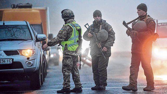 Disputa marítima. Oficiales ucranianos inspeccionan vehículos en Mariupol