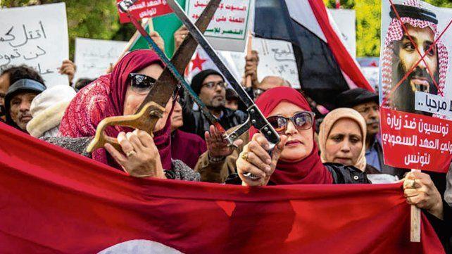 Repudio. Tunecinos culpan a Bin Salman de la muerte del periodista.
