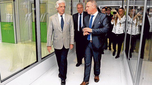 Instalaciones. El mandatario uruguayo Tabaré Vázquez (izq.) camina junto a un ejecutivo de ICCLabs.