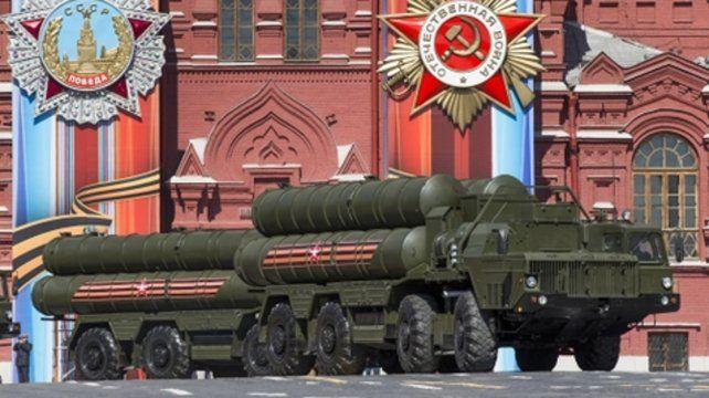 Armamentismo. Una batería de misiles tierra-aire S-400 es exhibida durante una parada militar en Moscú.