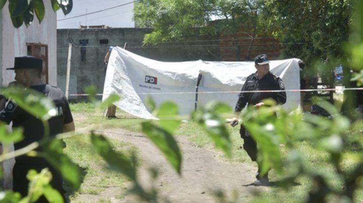 Tapado. Una lona de la Policía cubrió el lugar donde quedó el cuerpo de Eduardo Aguirre tras el ataque.