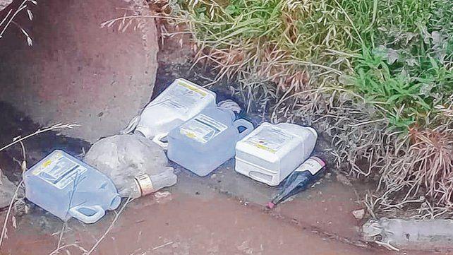 Peligro. Los bidones estaban flotando en un canal donde termina el radio urbano del pueblo y ya fueron retirados.