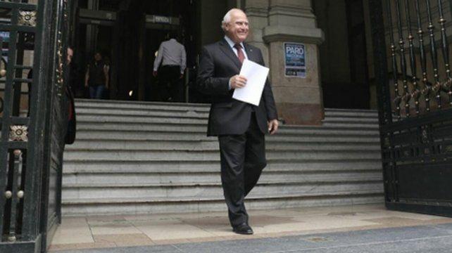 en tribunales. Miguel Lifschitz sale de la Corte Suprema con la copia del reclamo que llevó la provincia para que la Nación salde la deuda.