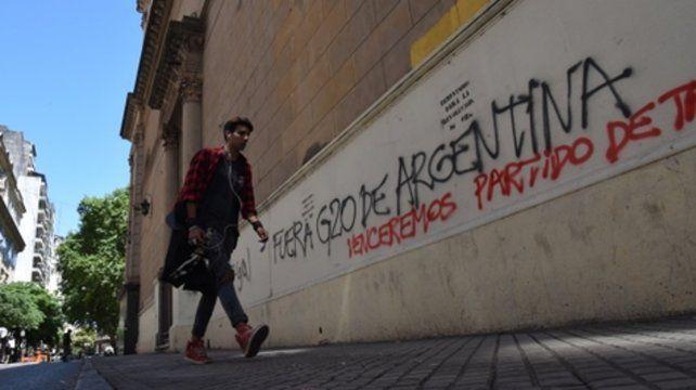 Detenidos por pintadas antiglobalización en la catedral