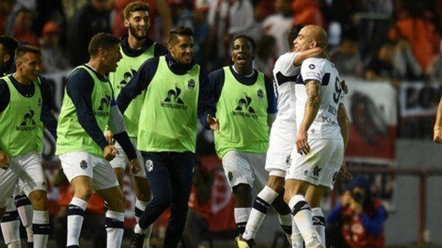 Abrazo de gol. Silva festeja su gol