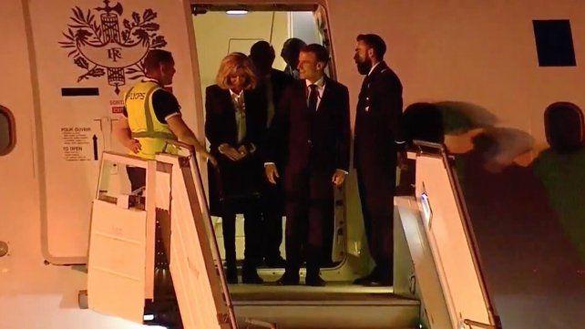 El presidente de Francia llega al país y fue recibido solo por los operarios. Después llegó al vicepresidenta Michetti.