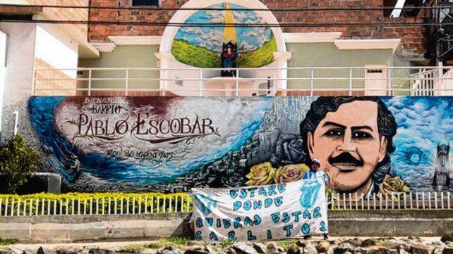 Curioso. El mural que recuerda al famoso narco da la bienvenida a los turistas.