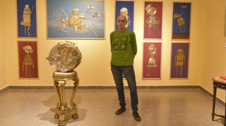 Maravillas. Dante Taparelli junto a parte de las obras que componen Leña.