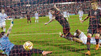 Que la pelota entre. Formica y Fértoli serán dos de los cuatro futbolistas ofensivos rojinegros que buscarán que los hinchas vuelvan a festejar en el Coloso Marcelo Bielsa.