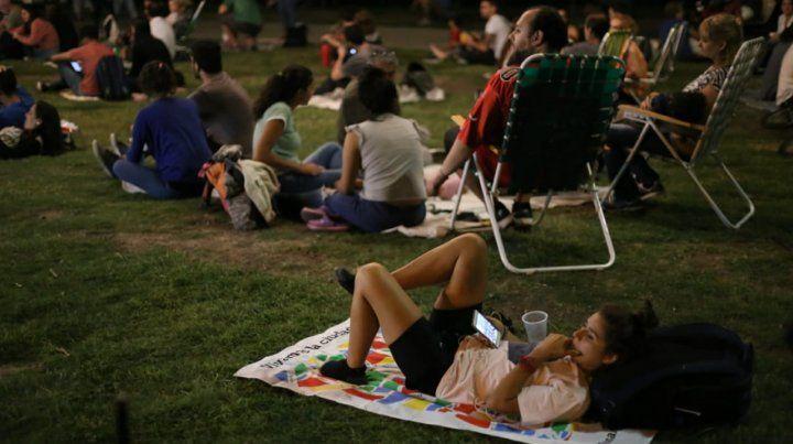 Las fotos del picnic nocturno que convocó a miles de rosarinos en Dorrego y el río