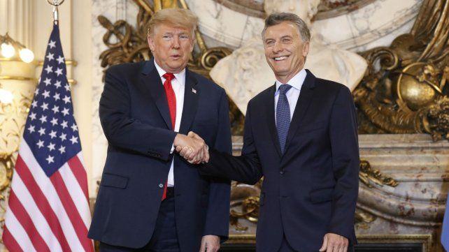 Trump y Macri, se saludan en el Salón Blanco de la Casa Rosada.