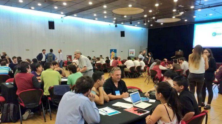 Mentes que brillan. Más de 100 personas trabajaron en grupos para desarrollar las propuestas del concurso.