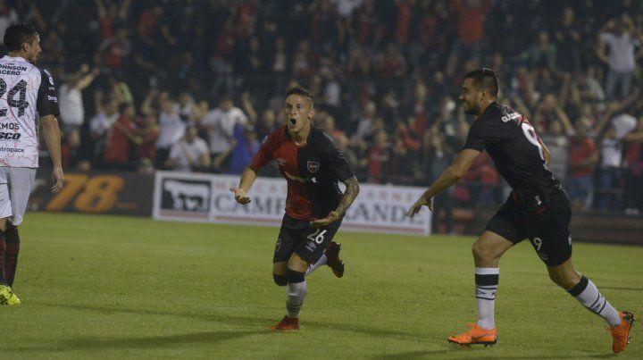 Héctor Fértoli ya metió el cabezazo goleador y comienza el festejo. El Polaco Fydriszewski se suma.