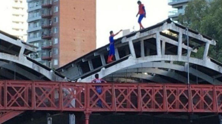 En peligro. El techo de fibrocemento del galpón municipal desde donde cayó el joven disfrazado.