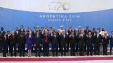Todos los líderes de los países que componen el G20, más los mandatarios invitados, posan para la tradicional foto grupal que da inicio a la cumbre.