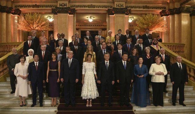 Los jefes de Estado y sus acompañantes posaron antes de presenciar el espectáculo Argentum.