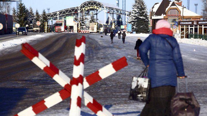 Cruce restringido. Una mujer ucraniana camina hacia un puesto de control fronterizo con Rusia.